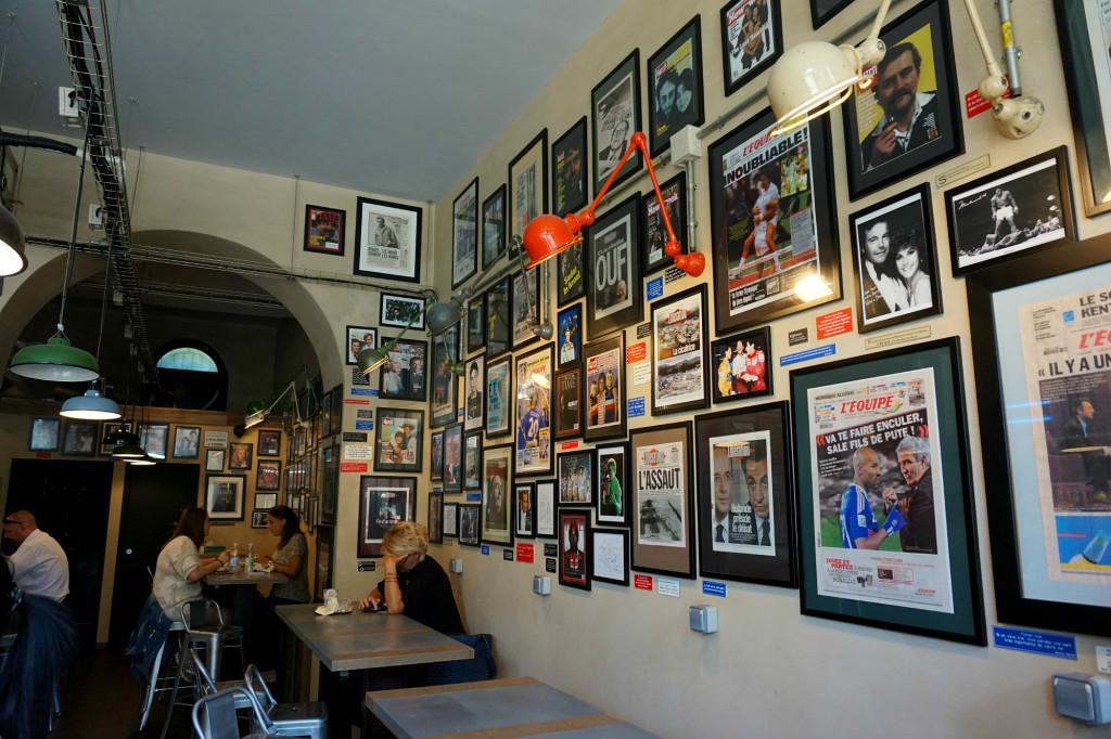 murs recouverts de unes de journaux